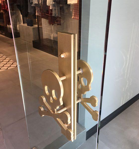 fabricación tirador puerta metálico logotipo empresa